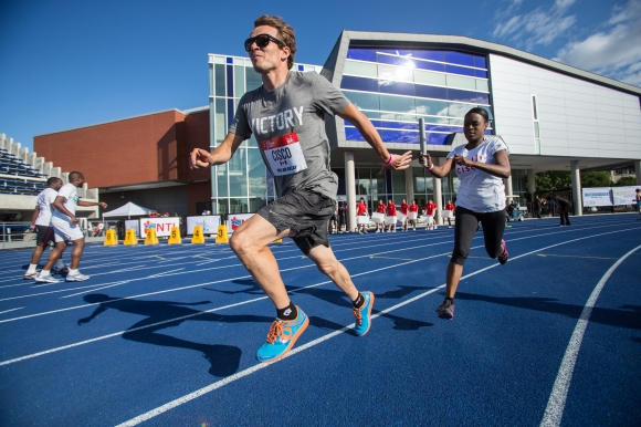 Simon Whitfield takes the baton for Cisco during the ProAm relay race. Mundo Sport Images/Geoff Robins